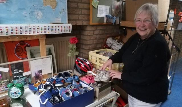 """""""Ach, dit had ik nog helemaal niet gezien"""", roept Marleen Turner bij het zien van twee volle dozen met babyschoentjes. (foto Anja Straathof)"""