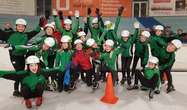 Jeugdleden van SVR met hun nieuwe schaatshelmen