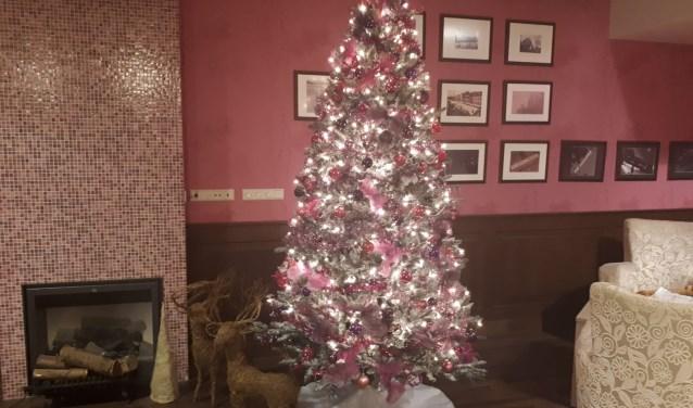 De kerstboom in het restaurant van het Zonnelied zorgt voor veel sfeer. Foto: Thérèse van Wijk.