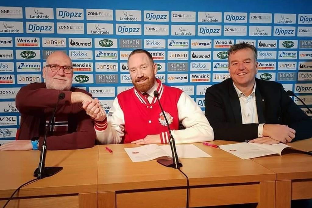 Op de foto van het tekenmoment staan van links naar rechts: Adriaan van Bergen, Taco Jansen en Thomas van der Staak.
