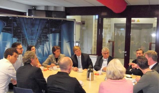 Koning Willem-Alexander bespreekt aandachtig het belang van goed opgeleid personeel bij Huijbregts Food in Helmond. Foto: Idor van Duppen.