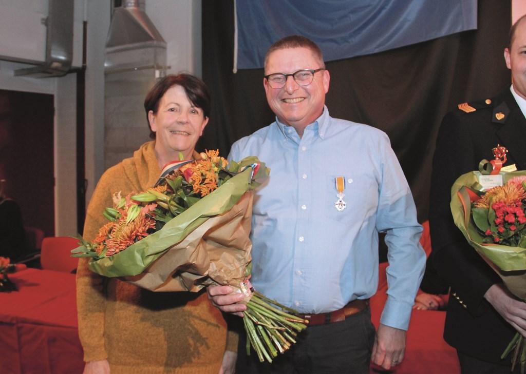 Een glunderende Martien van Diek met naast zich zijn vrouw Miriam na het in ontvangst nemen van zijn koninklijke onderscheiding.