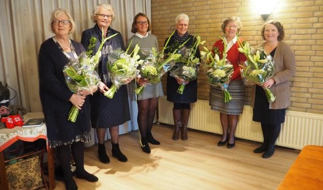 de jubilerende vrijwilligers, van links naar rechts: Mw. J. Vijfhuizen, Mw. S. de Jong, Mw. I. Mourik, Mw. G. Hoogwerf, mw. C. Kalkman en mw. C. Mieras