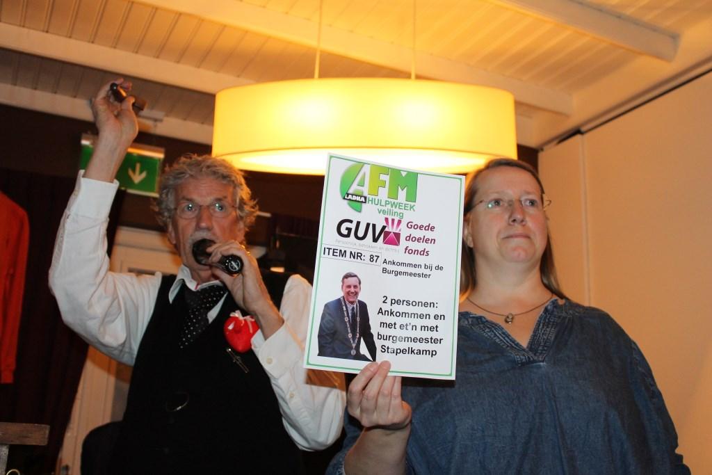 Ankomn en mee-eten bij burgemeester Anton Stapelkamp bracht € 55,- tijdens de veiling.  Foto: Leo van der Linde © Persgroep