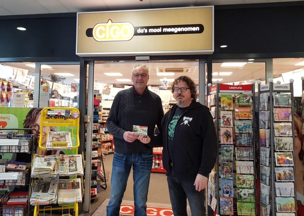 Paul Scheers (r) overhandigt de kaarten voor het No Sleep 'till Wieleman-festival aan Jan van Wijnen van Cigo Westervoort, waar ze te koop zijn.