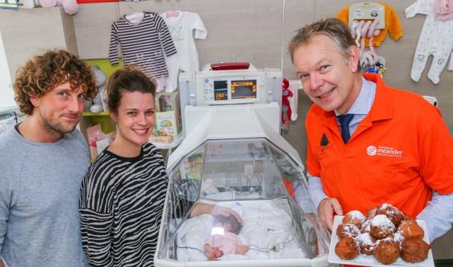 Mark Röell, burgemeester van Baarn en voorzitter van de Vrienden van Meander, bezoekt de afdeling Neonatologie en ontmoet de ouders van couveusebaby Coco. (Foto: Frank Noordanus)