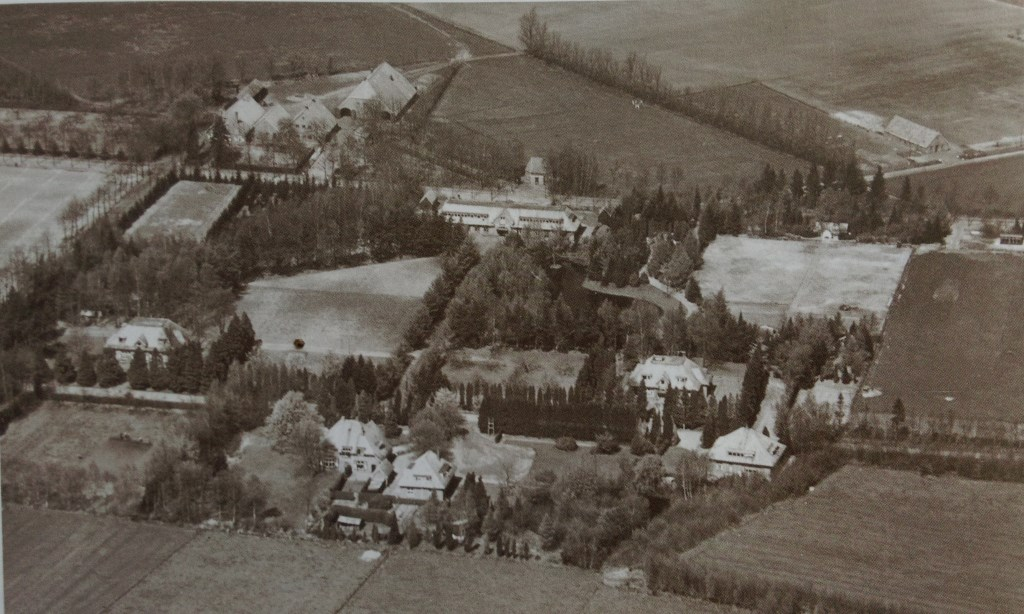 Het terrein in de beginjaren, met linksboven Boerderij de Dennenkamp.  © Persgroep