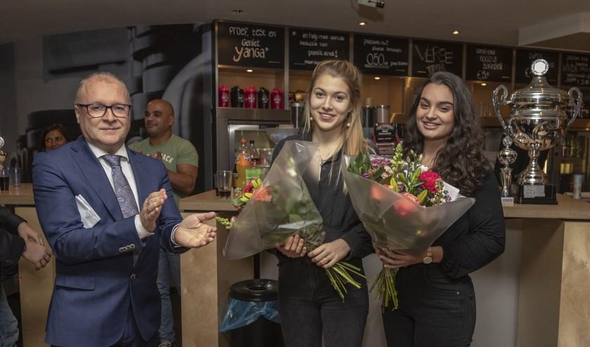Wethouder John van Engelen met Isa Roussey en Milou van Rijn, die goud wonnen. Foto: Ton den Engelsman.