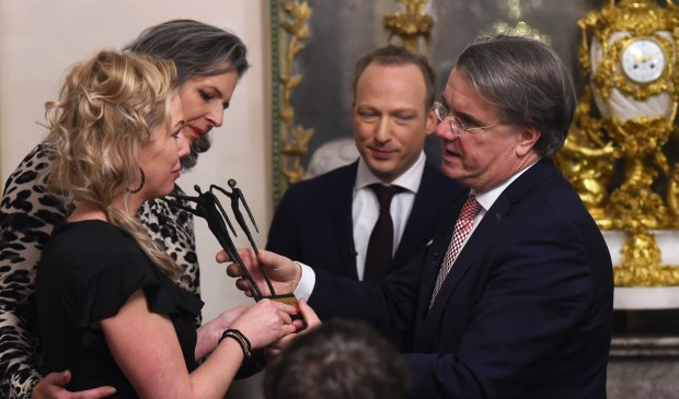 Peggy van Vijfeijken krijgt het beeldje uit handen van Commissaris van de Koning, Wim van de Donk. Foto: Henk van Esch.