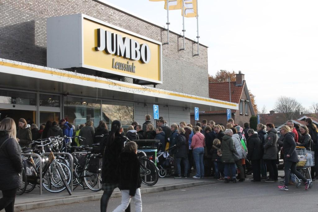 Ook buiten tientallen meters met wachtenden voor Jumbo Leussink, Aalten.