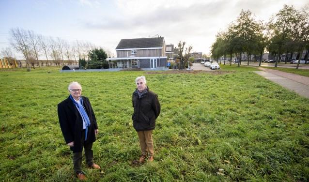 Wethouder Kees de Ruijter en voorzitter Ad van Driel Hospice, De Circel op de bouwplaats. (Foto: Richard van Hoek)