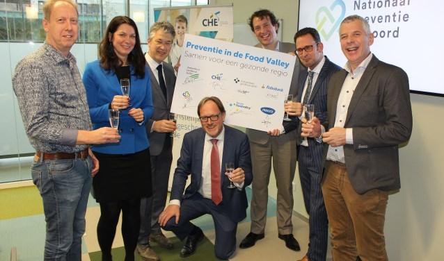 Vlnr: Ronald Hendrikse (HAGV), Mariska de Kleijne (Rabobank), Leon Meijer (Foodvalley), Harmen van Wijnen (CHE), Joris van Eijck (Menzis), Arjen Hakbijl (ZGV) en Tom van Loenhout (Alliantie Voeding). (Foto: Els Jacobi)
