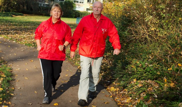 Monica en Fokke zijn bezig met de organisatie van een wandelvierdaagse. (foto Gert Perdon)