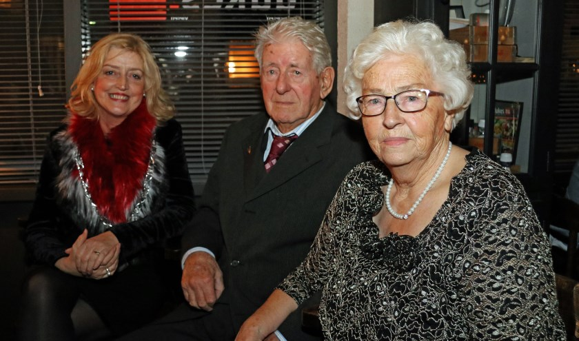 Burgemeester Reinie Melissant-Briene het echtpaar van Heemskerk-van Horssen zaterdag in de Oosterbliek. Foto: gemeente Gorinchem