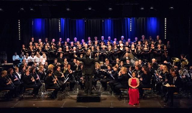 TOG en gospelkoor Spirit geven zaterdag 22 december een kerstconcert in Berlicum. Het is dan de eerste keer dat de twee muziekgenootschappen een podium delen. Foto: Karin de Jonge Fotografie.