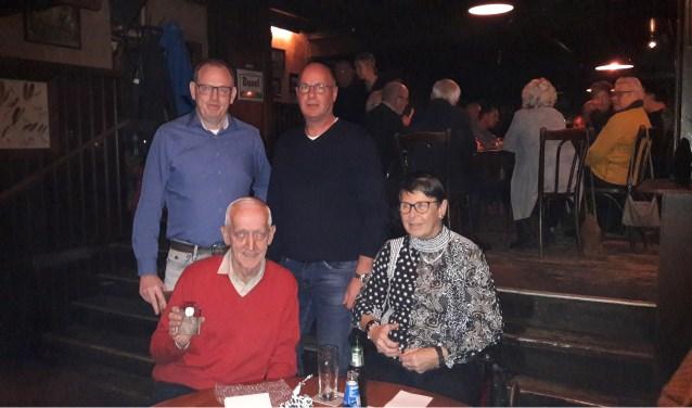 Adolf (zittend l), ontvangt een herinnering van de club, naast hem zijn vrouw Leni, staand l voorzitter Andre Diepenbroek en r secretaris Guido Rutgers.