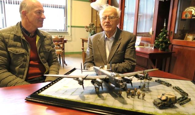 Modelbouwer Erik den Hartog (links) met Ad Los bij het schaalmodel van de Lancaster. (foto GvS)