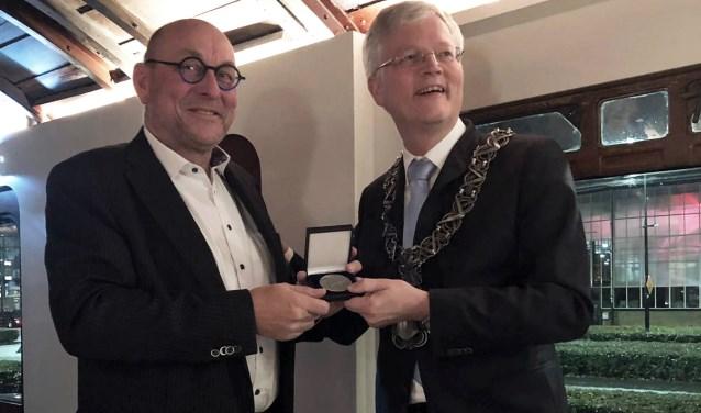Burgemeester Weterings reikte afgelopen week de Zilveren Legpenning van de gemeente Tilburg uit aan Bob Marks.