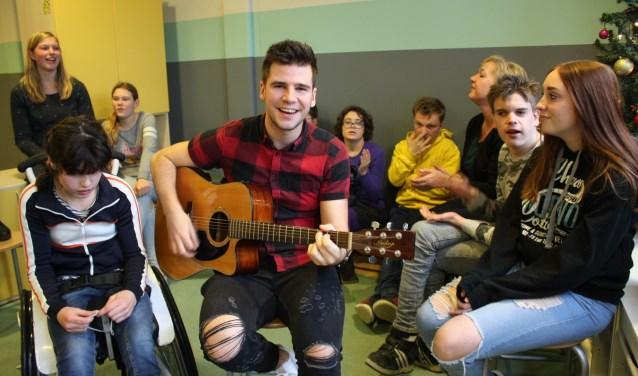 De leden en vrijwilligers van Club Sam kunnen het optreden van singer-songwriter Stef Classen wel waarderen. Foto: Rob Weekers.