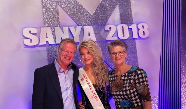 Leonie met haar ouders Henk en Rita Hesselink in Sanya.