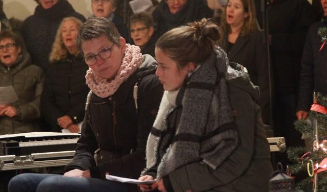 Elisa Mulder vraagt, Jeannette Oosterhaven antwoordt, het koor zingt. Foto Dick Baas