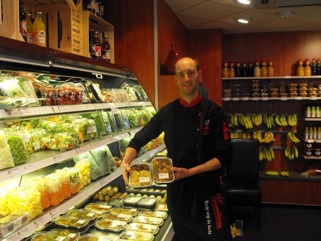 Kees Leppink met enkele kant-en-klare maaltijden. Het aanbod van die maaltijden is toegenomen.   © Persgroep