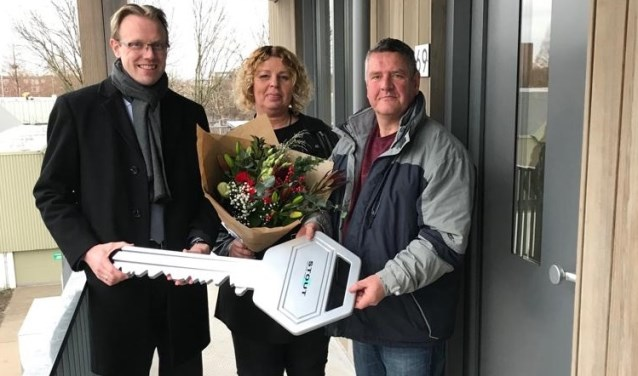 V.l.n.r.: Wethouder Peter Verheij met nieuwe bewoners de familie Stout. (Foto: Privé)