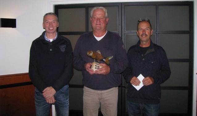 De prijswinnaars van de zomercompetitie, van links naar rechts: Ronald Haan (2e) Marten ter Harmsel (1e en winnaar van de snertwedstrijd) en Martien Optendrees (3e).