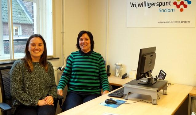 Coördinator Samantha Regeer (links) en vrijwilliger Riet Swinkels zijn blij met locatie Vrijwilligerspunt. Foto: eigen foto