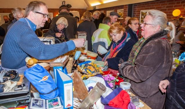 Spullen te over tijdens de rommelmarkt van de Plechelmusharmonie in Deurningen. Foto: dezefoto.nl