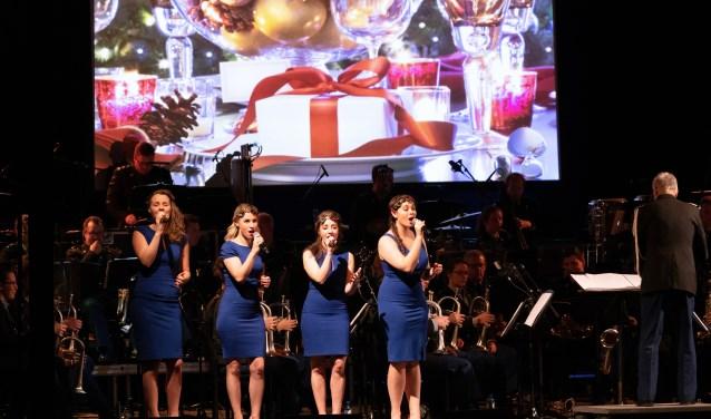 Het Trompetterkorps der Koninklijke Marechaussee in actie, samen met de Meisjes met de Wijsjes. (foto: Paul Smulders, 13 Lichte Brigade)