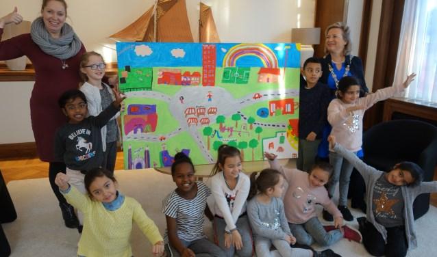Groep 4 met juf en burgemeester bij het schilderij