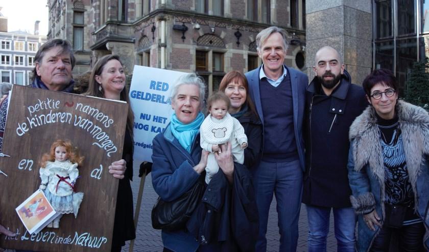 Leonhard Beijderwellen (Laagvliegroutes Friesland NEE) met het houten petitieboek, Suzanne Kröger (GroenLinks), Odile Rijken en Marjolein Rotsteeg (beiden Red Gelderland), Lammert van Raan (PvdD), Cem Lacin (SP) en petitionaris Astrid Vollebregt (SP