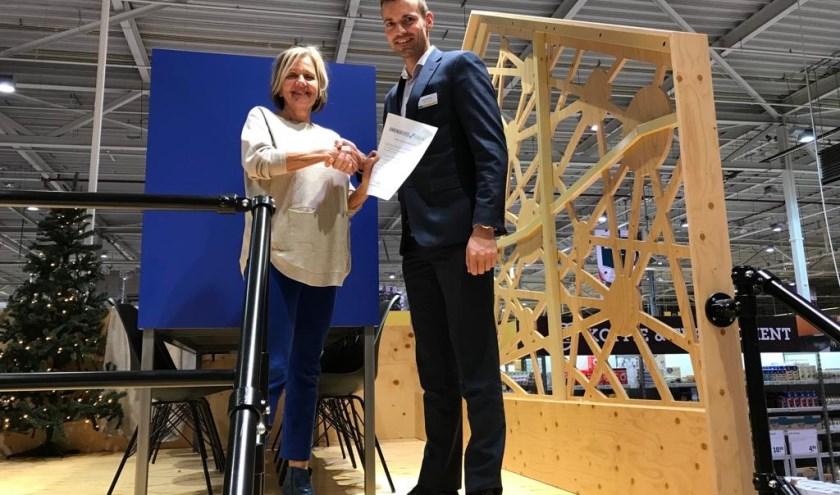 Manager Makro Barendrecht Barend Vervat en Coby van Deursen, voorzitter Barendrechtse Uitdaging tonen trots het sponsor contract.(Foto: PR)