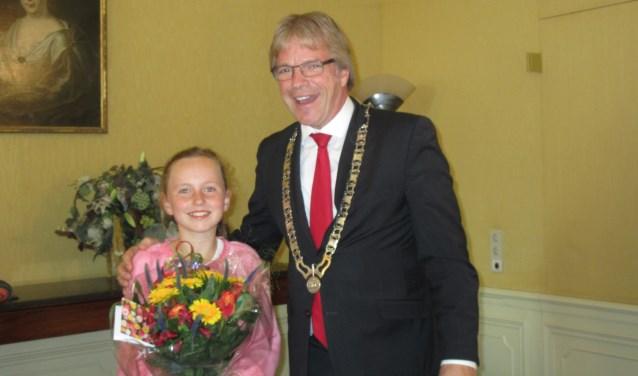Burgemeester Marc Witteman met de eerste kinderburgemeester van Stichtse Vecht, Mijke Moons. Archieffoto: Ria van Vredendaal