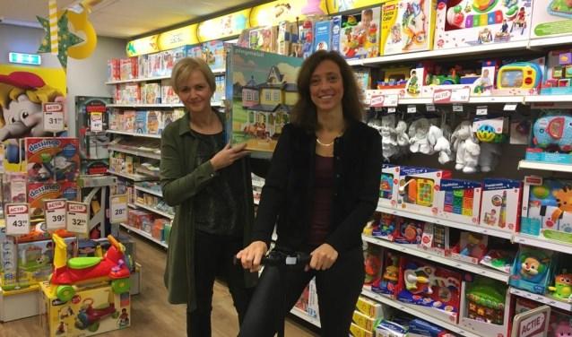 """Gea en Janine in de speelgoedzaak: """"Wat is er nu leuker voor een kind dan tussen al dit speelgoed te lopen!"""" Foto: Habi Rijssen."""
