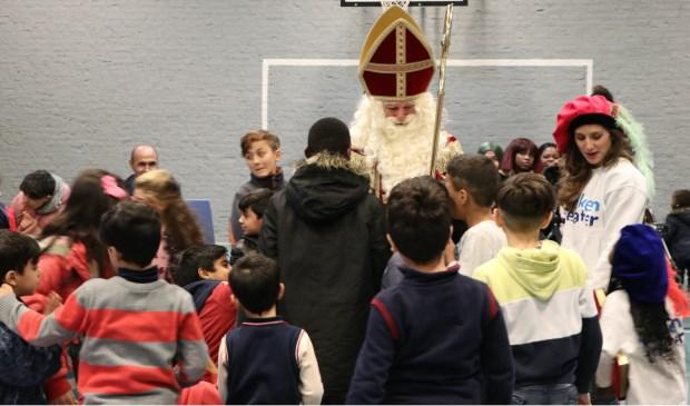 Sinterklaas en zijn pieten brachten ook een bezoek aan AZC Overloon.