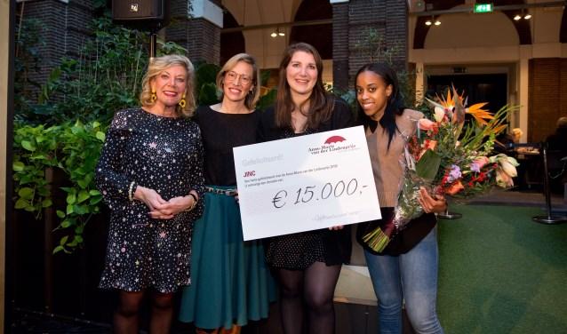 Vera Heusschen houdt de cheque vast, die Anne-Marie van der Linden (l) zojuist uitreikte aan JINC Zorgimpuls. Vera wordt geflankeerd door Martha Hendrix en Janice Sanches da Veiga.(Foto: H. Blankenstijn)
