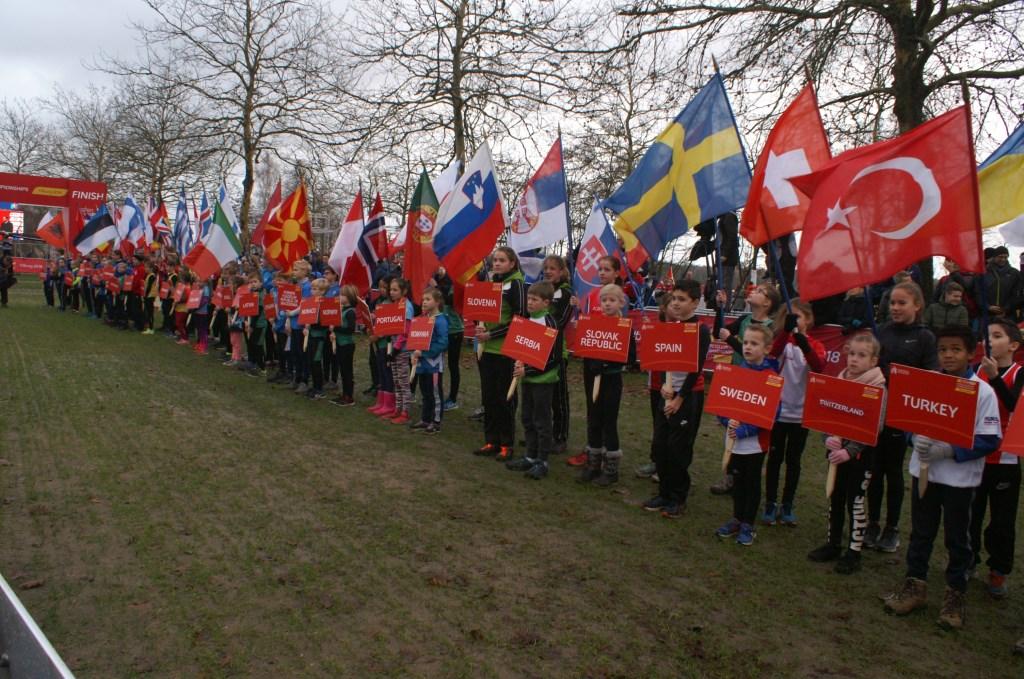 De vlaggenparade bij het EK Cross.  Foto: Wil Monsieurs © Persgroep