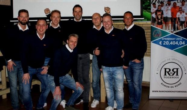 Topscheidsrechter Bas Nijhuis (midden) voelt zich duidelijk thuis bij De Vrienden van Ramon de Rond, die al bezig zijn met de lustrumeditie van het naar hun overleden voetbalmakker genoemde toernooi. (Foto: PR)