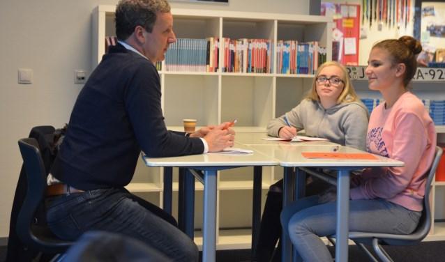 Hans de Vries van  Lease Result is een van de twaalf ondernemers/managers die, in dit geval bij Babette en Floor(r), een sollicitatie gesprek voert