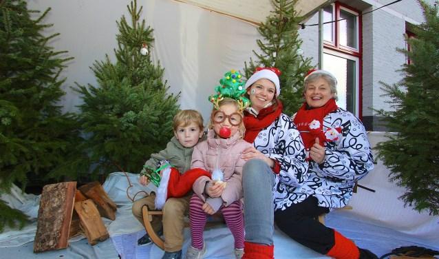 In de kraam van de Piejassen kan iedereen in een winters decor op de foto op de kerstmarkt in Bemmel. (foto: Kirsten den Boef)