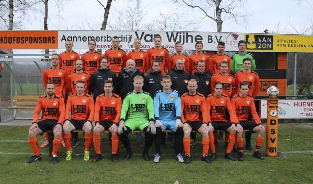 De selectie van DSV'61 bijeen. De club van trainer Etie Jansen staat voorlopig op plek 12. Foto: Johan Riezebos
