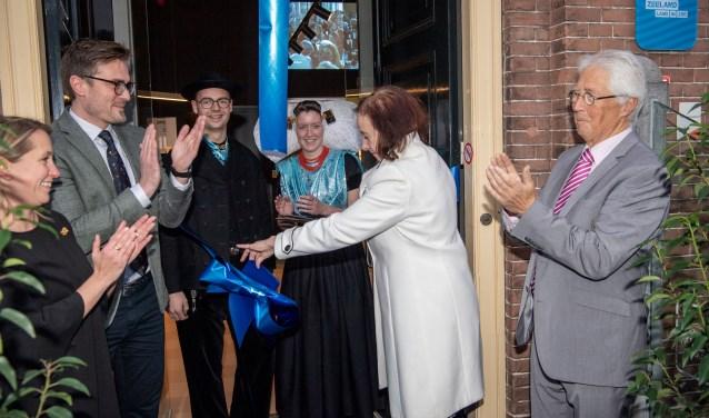 Wethouder Loes Meeuwisse verricht de officiële opening van de gezamenlijke entree voor VVV en museum. FOTO: Bart van der Putten