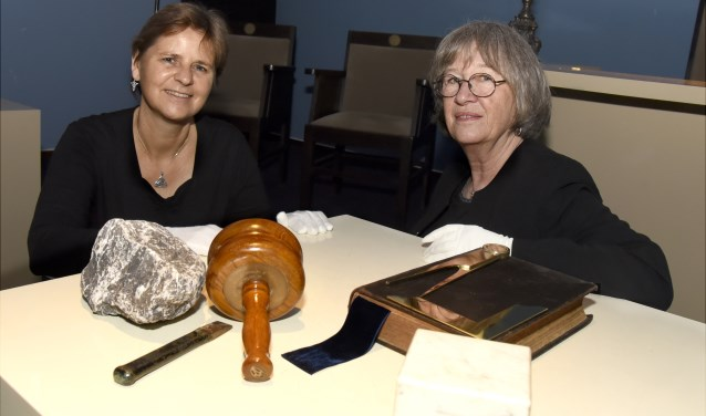 Ellen van Dijk en Anky Fokker gaan tijdens de rituele avond in op het gebruik van symbolen. Foto: Marianka Peters
