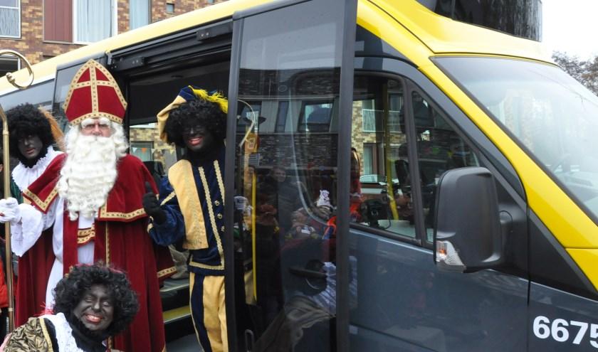 Sint maakte als eerste gebruik van de nieuwe bus en bezocht de schoolkinderen (Foto: PR)