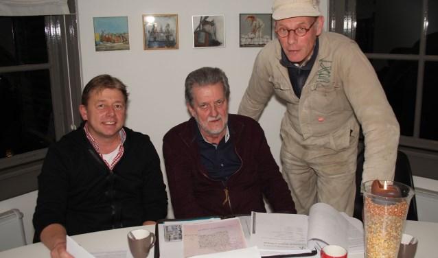Rienk Sijbrandij, Hans Ellenbroek en molenaar Maarten Dolman zijn blij met de gevonden ouderdomsbewijzen. (Foto: Lysette Verwegen)