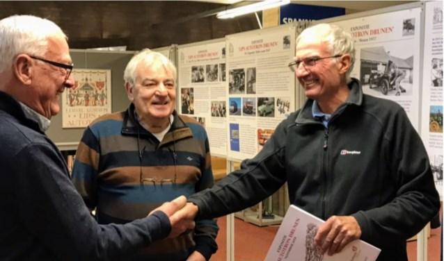 Walther de Munnik (links) en Bart Beaard (midden) bieden Max Lips jr. het eerste exemplaar van het fotoboek aan. Foto: André Janssen