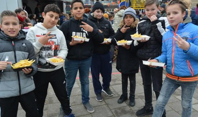 ''Heerlijk zo'n frietje! Het plein mag wat ons betreft wel vaker officieel worden geopend!'' (Foto's: Pieter Vane)