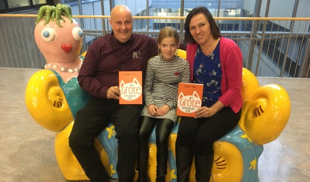 Karlijn samen met Edwin Stierman en Corinne Hamoen van Art & Copy Krauw in het ziekenhuis om Het Grote Verhaaltjesboek te overhandigen.